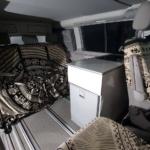 Mueble con agua y nevera en multivan, california Beach o marcopolo